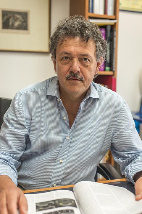 foto del dottor gambardella nello studio a Bergamo